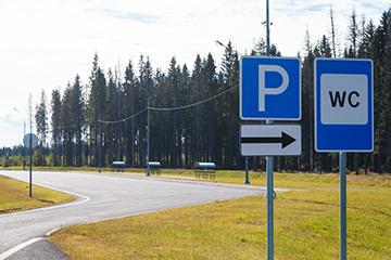 газонное покрытие и дорожные знаки
