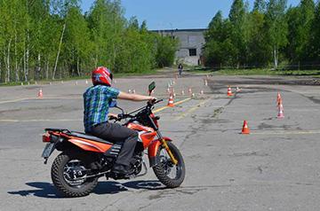 ученик на мотоцикле