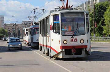 машина и трамвай